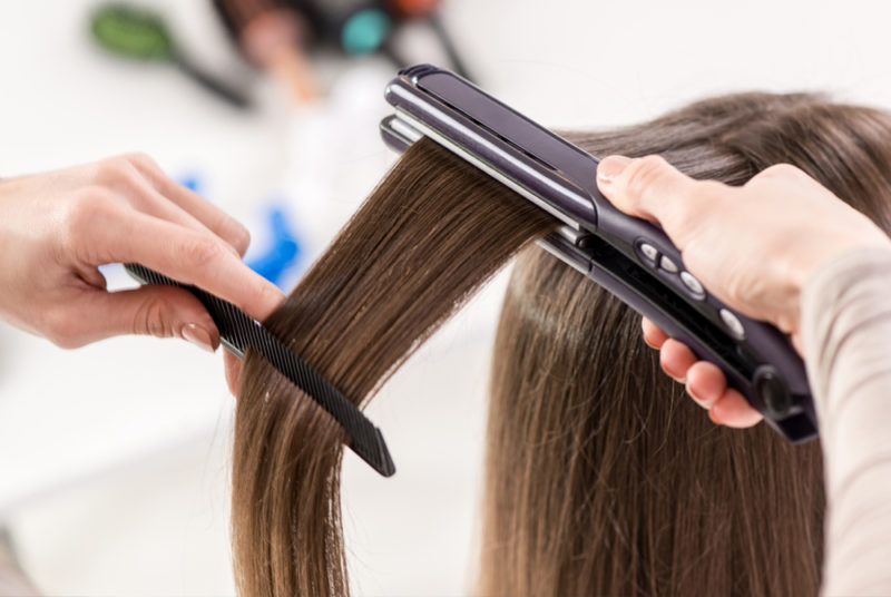 Можно или нет применять утюжок на грязные волосы