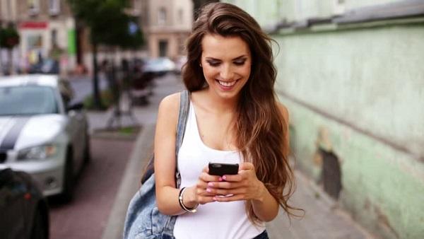Девушка пользуется мобильным телефоном
