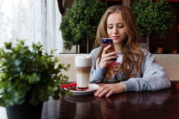 Девушка читает сообщение на телефоне