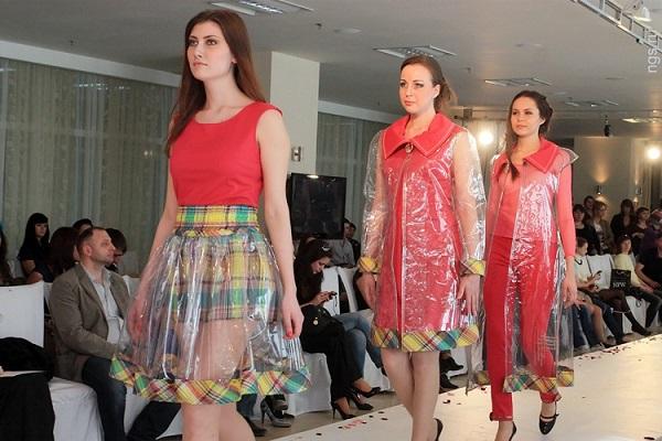 Модный показ прозрачной одежды с клеенки