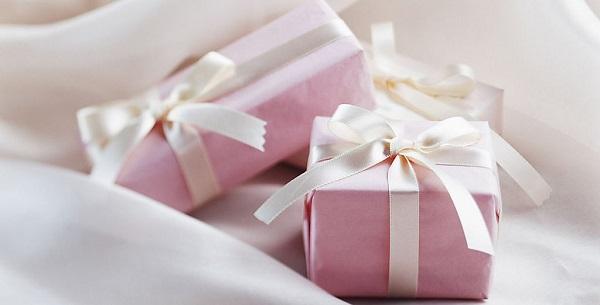 Розовые подарочные коробочки