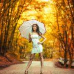 девушка в платье  осенний день