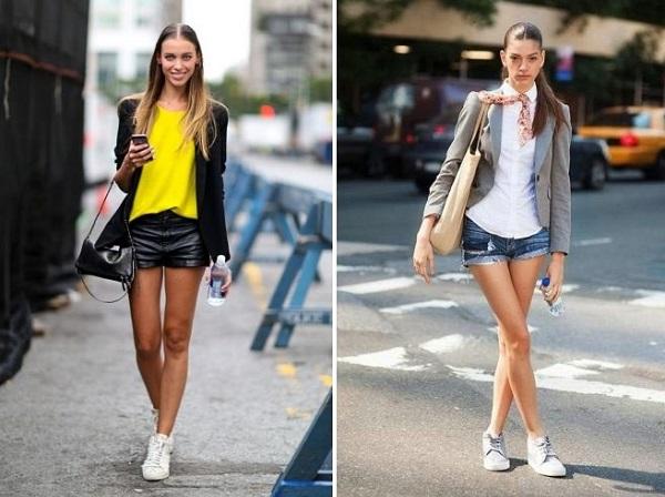 в шортах и белых кроссовках