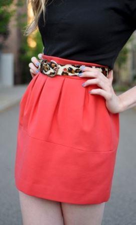 Красная юбка с леопардовым поясом