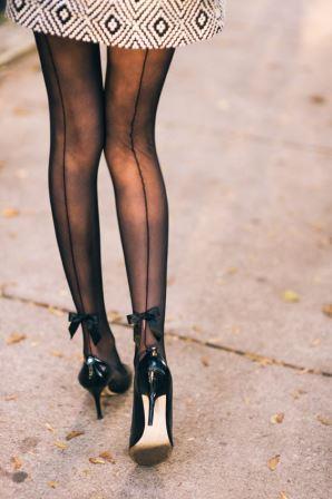 Чулки с бантиком на ногах